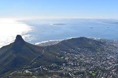 A vista sobre Cape Town com os leões dirige da montanha grande da tabela em África do Sul imagem de stock
