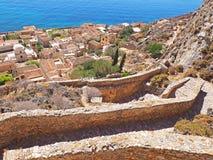Vista sobre a cidade medieval de Monemvasia, Grécia do trajeto da fortaleza fotos de stock royalty free