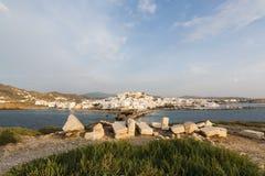 Vista sobre a cidade velha de Naxos durante todo o monumento de mármore antigo Portara da entrada no por do sol, Grécia Imagens de Stock Royalty Free