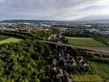 A vista sobre a estrada da ponte em Alemanha Koblenz Andernach no dia ensolarado Imagem de Stock Royalty Free