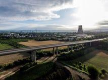 A vista sobre a estrada da ponte a um central nuclear em Alemanha Koblenz Andernach no dia ensolarado Imagens de Stock Royalty Free