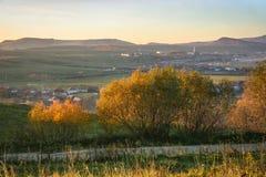 Vista sobre Farkaslaka Lupeni, a Transilvânia em Romênia fotos de stock