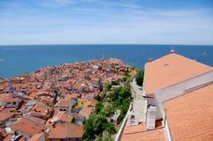 Vista sobre los tejados, Eslovenia del mar de Piran Fotos de archivo libres de regalías