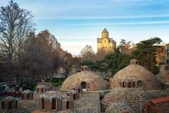 Vista sobre o abanotubani, os banhos do enxofre e a igreja de Metekhi em Tbilisi, Geórgia fotos de stock