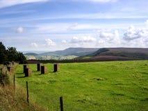 Vista sobre o campo aos montes distantes imagens de stock