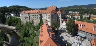 Vista sobre o castelo de Krumlov do ½ de ÄŒeskà - Krumau, República Checa fotografia de stock