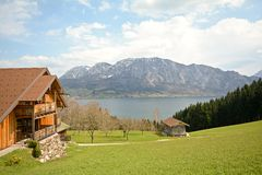 Vista sobre o lago Attersee - cultive feriados, terra de Salzburger - cumes Áustria fotografia de stock royalty free