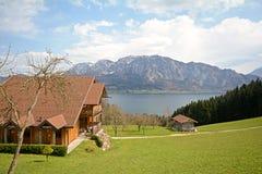 Vista sobre o lago Attersee - cultive feriados, terra de Salzburger - cumes Áustria foto de stock royalty free