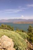 Vista sobre o lago EL-Ouidane do escaninho da barragem, atlas alto imagem de stock