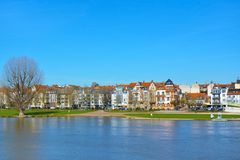 Vista sobre o mais baixo banco de Neckar River com o prado grande chamado 'ponto de encontro tão popular de Neckarwiese para povo fotos de stock
