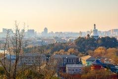 Vista sobre o parque de Beihai com skyline do Pequim fotos de stock