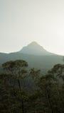 A vista sobre o pico do ` s de Adam da montanha no por do sol Sri Lanka Imagens de Stock