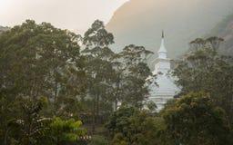 A vista sobre o pico do ` s de Adam da montanha no templo de buddha do por do sol Sri Lanka Fotografia de Stock