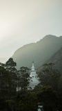 A vista sobre o pico do ` s de Adam da montanha no templo de buddha do por do sol Sri Lanka Imagens de Stock
