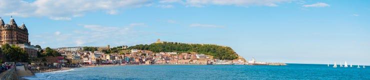 Vista sobre o porto sul da baía de Scarborough em Yorskire norte, Inglaterra Imagens de Stock Royalty Free