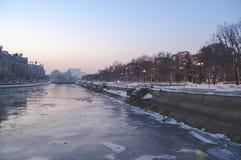 Vista sobre o rio de Dambovita e o bulevar congelados de Unirii para a construção do parlamento Foto de Stock Royalty Free