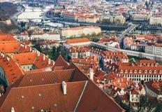 A vista sobre os telhados vermelhos de Praga da torre do aint Fotos de Stock