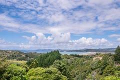 Vista sobre a paisagem do arbusto ao porto e à praia de Ngunguru no verão Fotografia de Stock