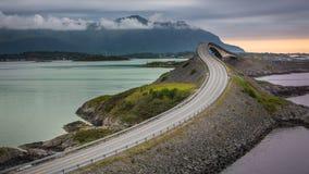 Vista sobre a ponte de Storseisundet no por do sol Imagem de Stock Royalty Free