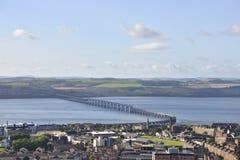 Vista sobre a ponte escocesa histórica da cidade e do trilho fotografia de stock royalty free