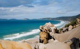 Vista sobre a praia do arco-íris imagem de stock royalty free