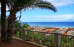 Vista sobre Puerto de la Cruz e o oceano, Tenerife foto de stock