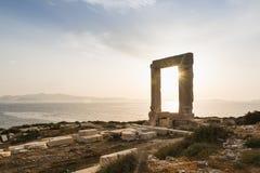 Vista sobre ruínas do monumento de mármore antigo Portara da entrada no por do sol em Naxos, Grécia Imagem de Stock Royalty Free