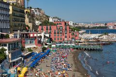 Vista sobre uma das praias bonitas com as casas que tocam no litoral - Nápoles imagem de stock royalty free