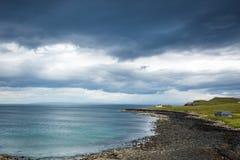 Vista sobre uma praia de pedra em scotland do norte Fotos de Stock Royalty Free