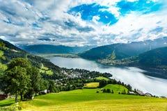 A vista sobre Zeller considera o lago Zell Am vê, Áustria, Europa imagem de stock