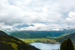 A vista sobre Zeller considera o lago Zell Am vê, Áustria, Europa fotos de stock