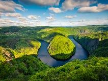 Vista soleada del meandro de herradura de la forma del río de Moldava de la opinión del comandante Fotos de archivo