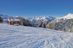 Vista soleggiata della valle di belvedere da Val di Fassa Ski Area, regione di Trentino-Alto Adige, Italia fotografia stock