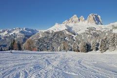 Vista soleggiata della valle di belvedere da Val di Fassa Ski Area, regione di Trentino-Alto Adige, Italia fotografie stock libere da diritti
