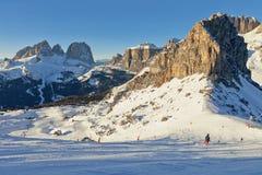 Vista soleggiata della valle di belvedere da Val di Fassa Ski Area, regione di Trentino-Alto Adige, Italia fotografia stock libera da diritti