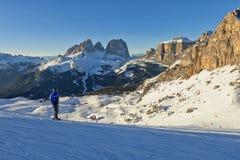 Vista soleggiata della valle di belvedere da Val di Fassa Ski Area, regione di Trentino-Alto Adige, Italia immagini stock libere da diritti