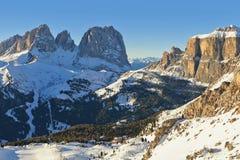Vista soleggiata della valle di belvedere da Val di Fassa Ski Area, regione di Trentino-Alto Adige, Italia immagine stock