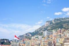 Vista soleggiata di luce del giorno alle costruzioni ed alle montagne alte della città con Br Fotografia Stock Libera da Diritti
