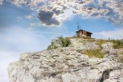 Vista soleggiata e nebbiosa della sommità della roccia di Basara sulla vecchia montagna immagini stock libere da diritti