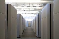Vista sollevata del corridoio del cubicolo in ufficio moderno. immagine stock libera da diritti