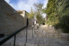 vista sommità Giù delle pareti di pietra e delle scale d'annata con i corrimani moderni ad un giorno di estate soleggiato Vecchie fotografie stock