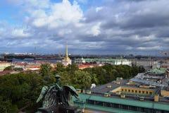 Vista sopra della città di St Petersburg dalla colonnato del ` s della st Isaac La Russia fotografie stock