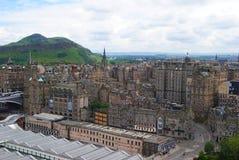Vista sopra Edimburgo verso le rupe di Salisbury fotografia stock