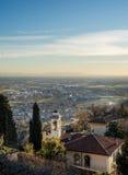 Vista sopra gli edifici di Citta Alta o di Città Vecchia nella città antica di Bergamo, Lombardia, Italia un chiaro giorno, occor Fotografie Stock Libere da Diritti