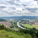Vista sopra Grossheubach vicino a Miltenberg con la conduttura nel centro fotografia stock