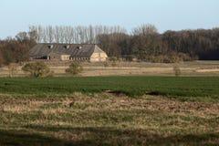 Vista sopra i campi e la costruzione di stoccaggio in Meclemburgo-Pomerania rurale Immagine Stock Libera da Diritti