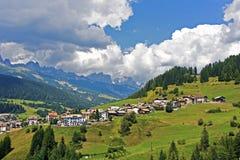Vista sopra i prati e l'agricoltura nei alpes della dolomia, nea Fotografia Stock