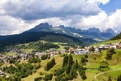 Vista sopra i prati e l'agricoltura nei alpes della dolomia, nea Fotografia Stock Libera da Diritti
