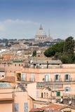 Vista sopra i tetti della città eterna alla cattedrale del ` s di St Peter fotografia stock