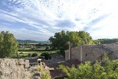 Vista sopra i tetti di piccolo villaggio nel paesaggio di pro Immagine Stock